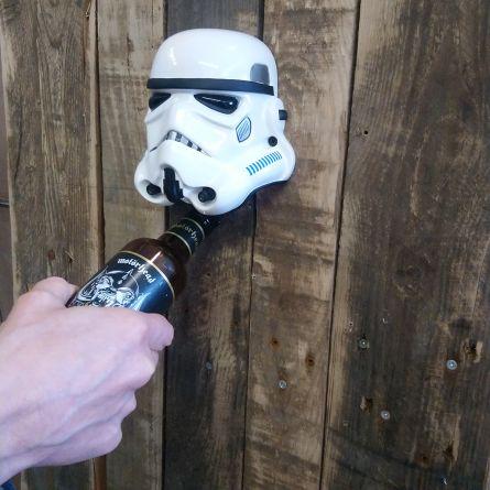 Stormtrooper Bieröffner an der Wand