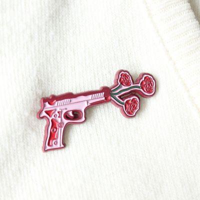 Kleidung & Accessoires - Pistole mit Blumen Anstecknadel