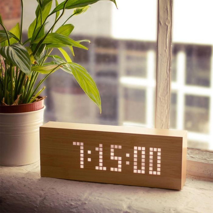 Click Message Clocks aus Holz mit LEDs