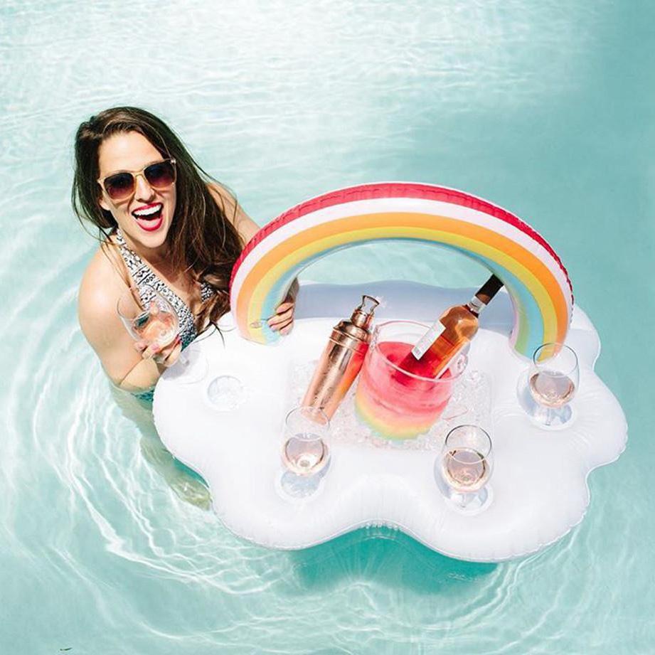 Schwimmende Wolken Bar mit Regenbogen