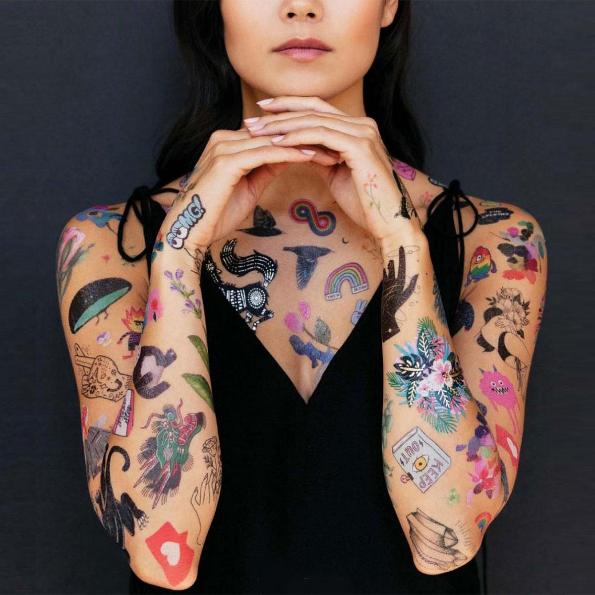 Temporäre Tattoos in verschiedenen Variationen Blumig